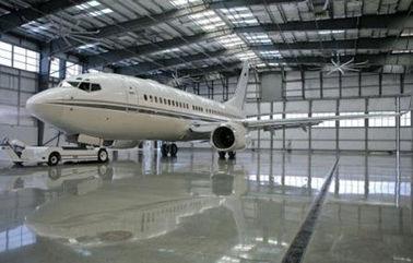 평화로운 트러스 건물의 전기 직류 전기를 통하곤, 그리는 금속 방수 비행기 격납고
